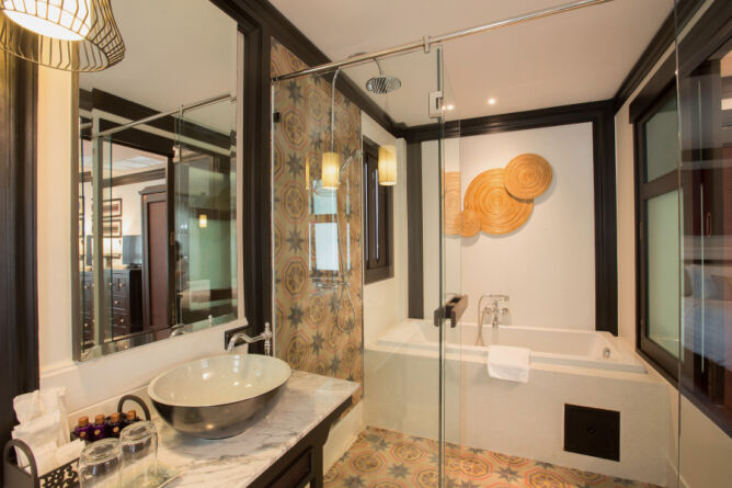 Romantic Lanna Grand Deluxe bathroom