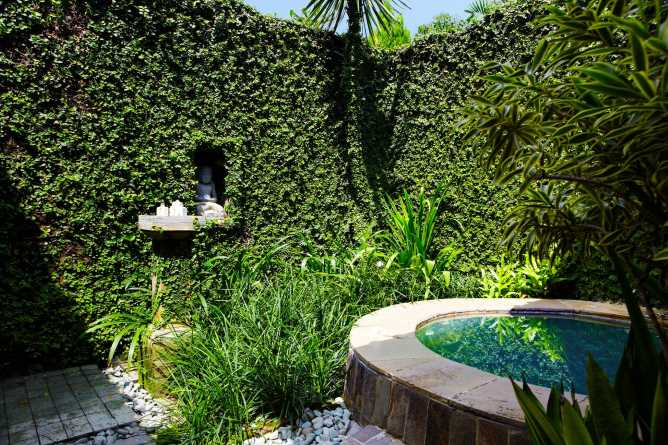 The open air bathroom & jacuzzi of the Garden Villa