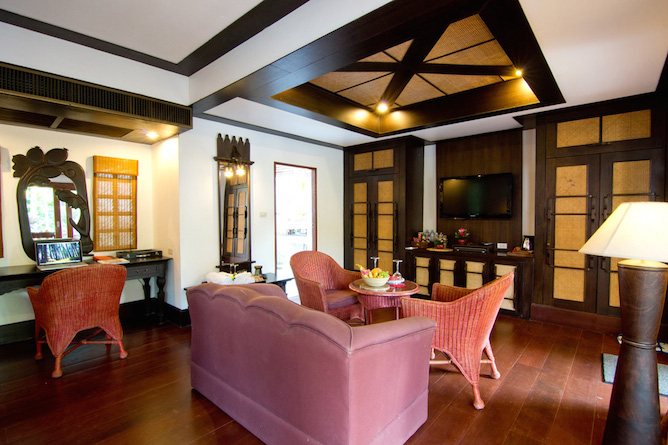 The deluxe pool access room living area
