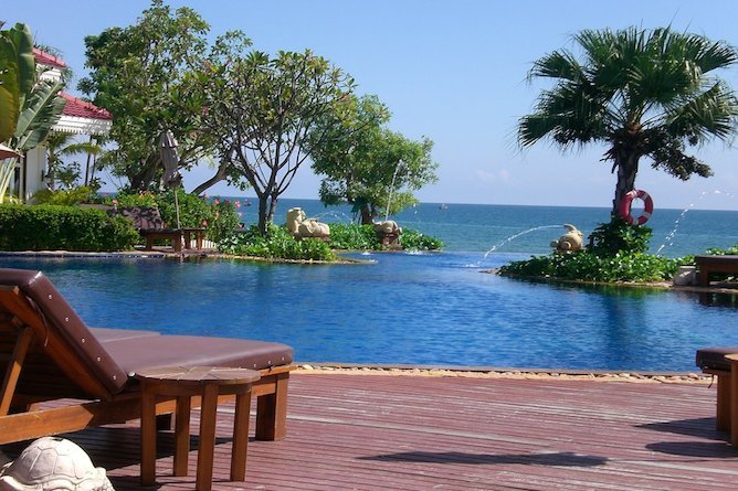 The luxurious pool at Wora Bura